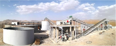 Reservoirs and crushing installations with associated conveyors